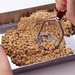 大豆をつぶす