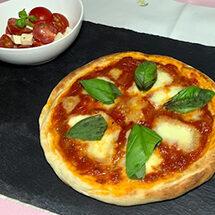 5つのバラエティー豊かなメニューでお出迎え第2弾 何度も作りたくなる!トマトソース&手作りピザ生地で作るマルゲリータ
